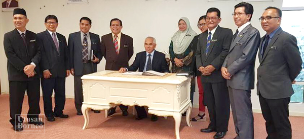 MENTERI Pelajaran dan Inovasi Sabah, Datuk Dr Yusuf Yaacob (duduk) ketika   menerima kunjungan hormat barisan kepimpinan tertinggi Jabatan Pendidikan Negeri Sabah di pejabatnya baru-baru ini.