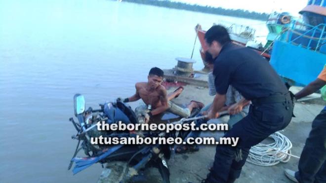 Kesan minyak petrol di permukaan air membawa kepada penemuan dua motosikal di dalam sungai di dermaga Ulu Lanang, petang kelmarin.