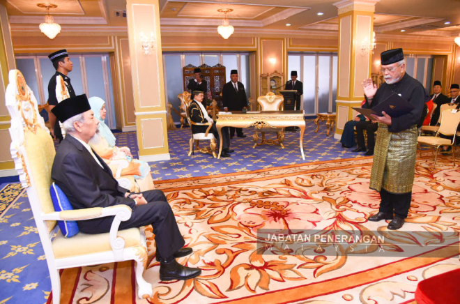 AHMAD melafaz ikrar jawatan Timbalan Speaker DUN Sabah di hadapan Juhar (kiri) dan Norlidah.
