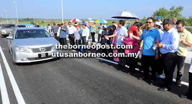Julaihi ditemani Rubiah, Aidel dan Ibrahim merasmikan pembukaan laluan trafik Jambatan Batang Samarahan, semalam.