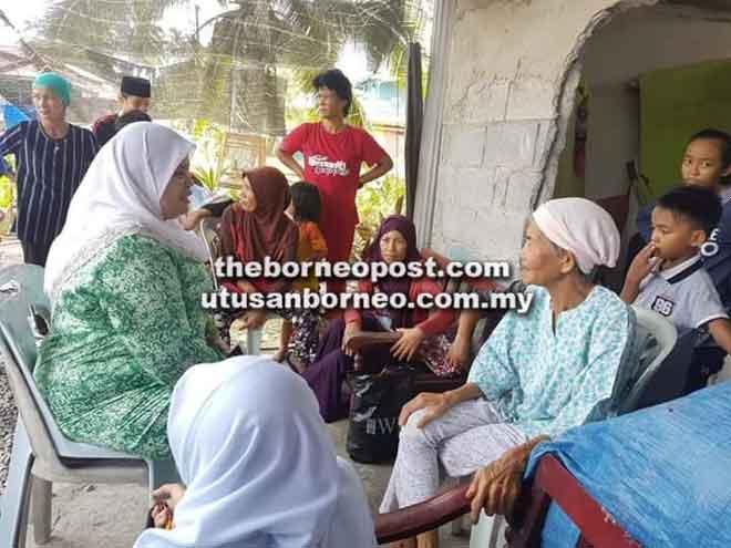 Rubiah menyampaikan bantuan kepada Yak dan keluarga.