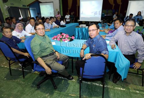 Abang Johari ditemani tetamu kehormat lain menyempurnakan simbolik penyerahan tangki air kepada penduduk Kampung Tanjung Kelaso, Sadong Jaya.
