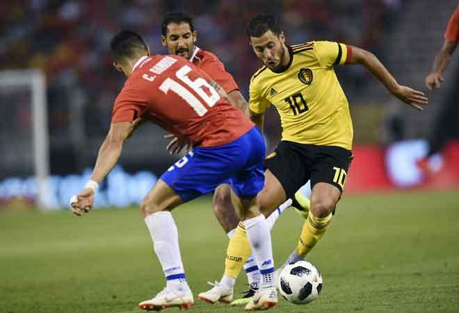 Hazard (kanan) berdepan tentangan sengit daripada dua pemain Costa Ricaketika beraksi pada perlawanan persediaan terakhir Belgium di Stadium King Baudouin, Brussels Isnin lepas. — Gambar AFP