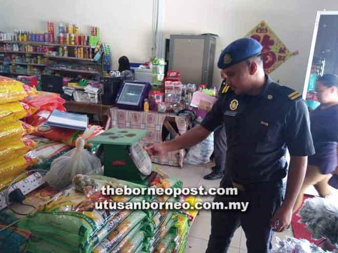 Pegawai penguat kuasa KPDNKK Bintulu menjalankan pemeriksaan di sebuah premis niaga.