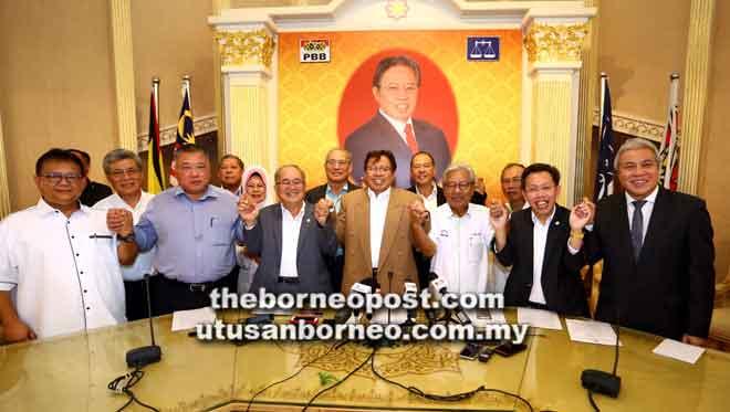 Abang Johari (tengah) bersama (dari kanan) Awang Tengah, Dr Sim, Masing, Uggah, Tiong dan Setiausaha Agung PBB Datuk Alexander Nanta Linggi selepas sidang media mengumumkan penubuhan GPS semalam.