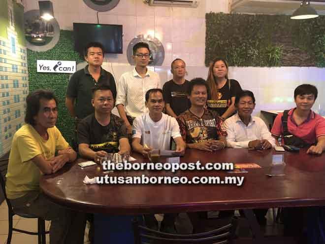 Dinis (duduk, tiga kiri) dan Tan (duduk, dua kiri) bergambar bersama ahli S4S selepas sidang media kelmarin.