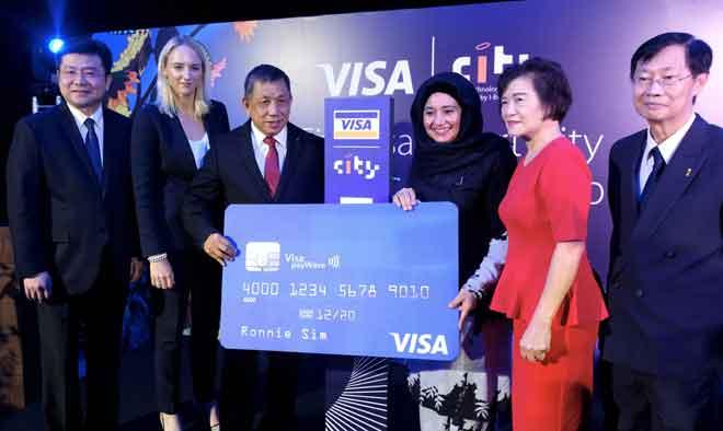 Haslina (tiga, kanan) hadir menyaksikan perjanjian kerjasama strategik bagi melaksanakan konsep bandar pintar di Malaysia antara I-Berhad dengan Visa Worldwide di i-City semalam. Turut hadir Lim (tiga, kiri), Eu Hong (kanan), Tey Siew (dua, kanan), Mandy Lamb (dua, kiri) dan Ng Kong (kiri). — Gambar Bernama