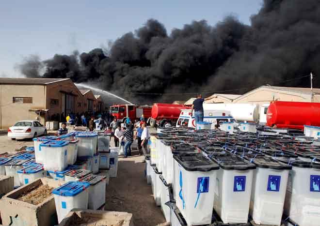 Asap dilihat berkepul-kepul naik dari sebuah gudang di Baghdad pada 10 Jun, yang menempatkan ratusan kotak undi daripada pilihan raya pada 12 Mei lalu. — Gambar Reuters