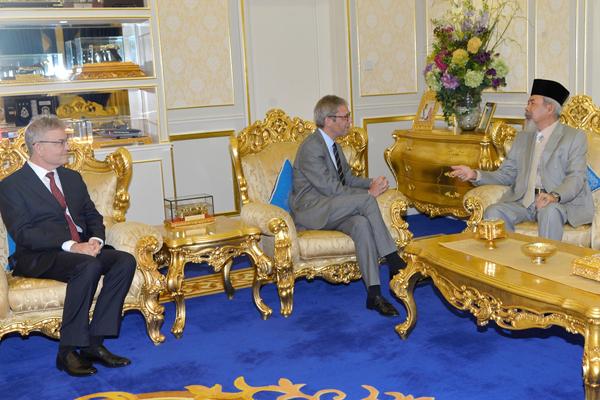 JESPER (tengah) berbincang sesuatu dengan Tun Juhar (kanan).