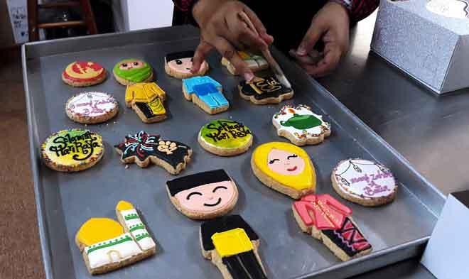 Antara 'fancy cookies' yang dihasilkan Noor Asmah sempena sambutan Hari Raya Aidilfitri tidak lama lagi di Kuching baru-baru ini. — Gambar Bernama
