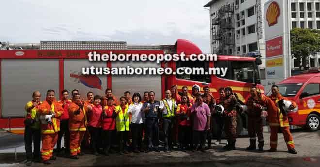 Opis Bomba Sentral Sibu begambar begulai enggau staf stesyen Minyak Shell Emparia Sdn Bhd.