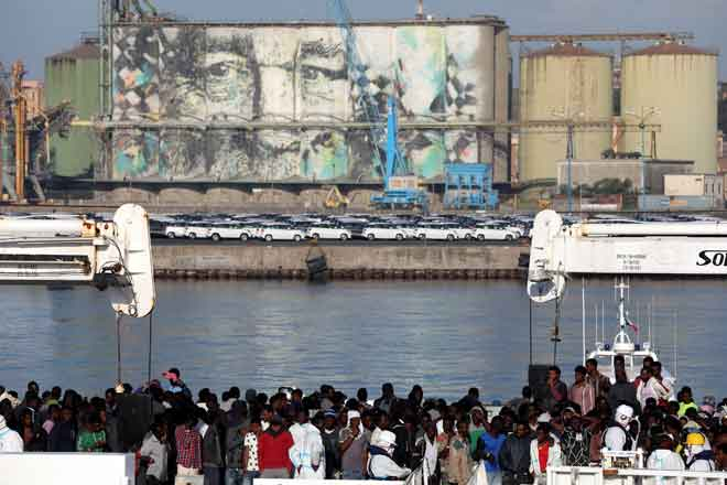 Pendatang dilihat di atas kapal Pengawal Pantai Itali 'Diciotti' di pelabuhan Catania, Itali semalam. — Gambar Reuters