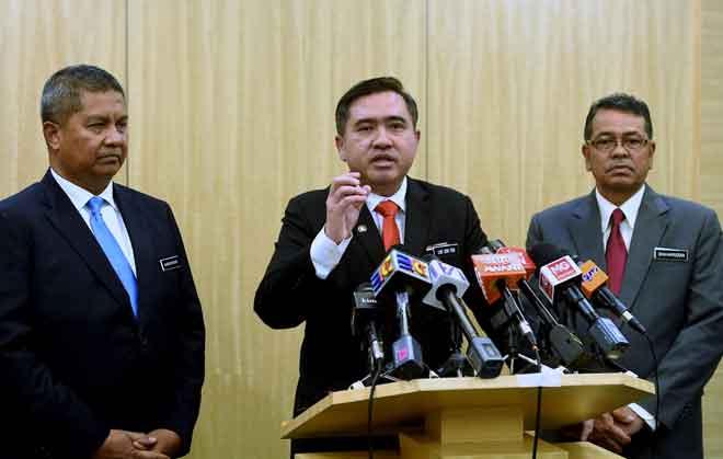 Anthony Loke (tengah) pada sidang media. Turut hadir Shaharuddin (kanan) dan Saripuddin (kiri). — Gambar Bernama