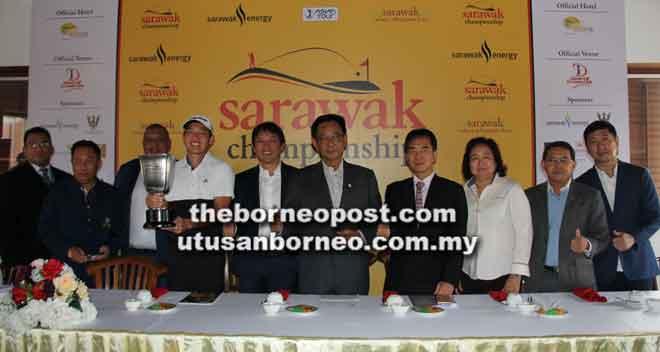 Abdul Karim (lima kanan) bersama (dari tiga kanan) Aisah, Hii, Ben (empat kiri), Unho (lima kiri) dan tetamu lain pada sidang media di Kuching semalam.