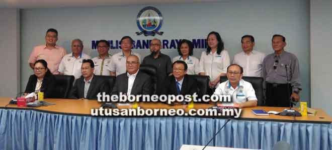 (Dari tiga kiri) Adam dan Dr Teo bergambar bersama ahli PKR Miri dan kaunselor selepas sesi dialog di MBM semalam.
