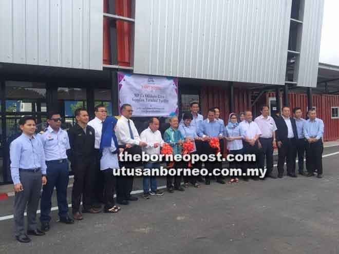 (Dari lima kiri) Safri, Ling, Paulus, Serawa dan tetamu lain ketika memotong reben prapelancaran Kemudahan Terminal di Logistik Serimas.