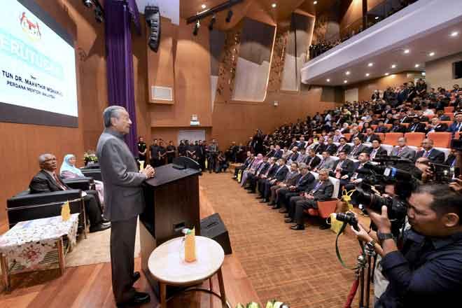 Dr Mahathir menyampaikan Perutusan Khas pada Program Taklimat Governans, Integriti dan Antirasuah di Ibu Pejabat Suruhanjaya Pencegahan Rasuah (SPRM) semalam. Turut hadir Wan Azizah dan Abu Kassim. — Gambar Bernama