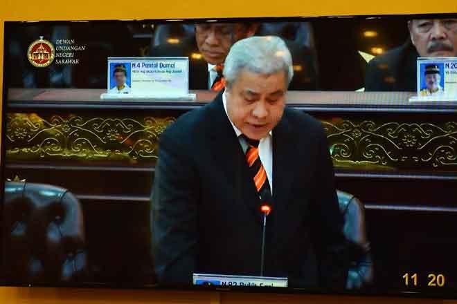 Awang Tengah ketika membacakan Rang Undang-Undang Perlombongan Minyak Sarawak (Pindaan) 2018 pada persidangan DUN Sarawak, semalam.