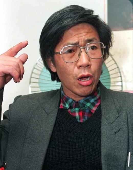 Gambar fail 17 November, 1993 menunjukkan Qin bercakap pada sidang media di Beijing. — Gambar AFP