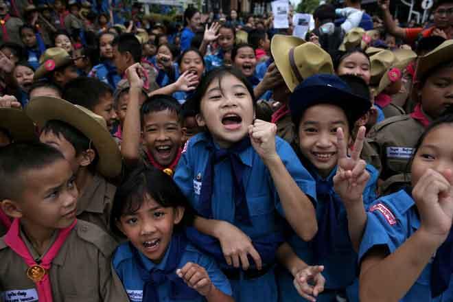 Sekumpulan pelajar bersorak riang di hadapan hospital Chiang Rai Prachanukroh                                di mana 12 anggota pasukan bola sepak dan seorang jurulatih mereka yang diselamatkan dari  gua Tham Luang sedang dirawat, di utara wilayah Chiang Rai, Thailand semalam. — Gambar Reuters