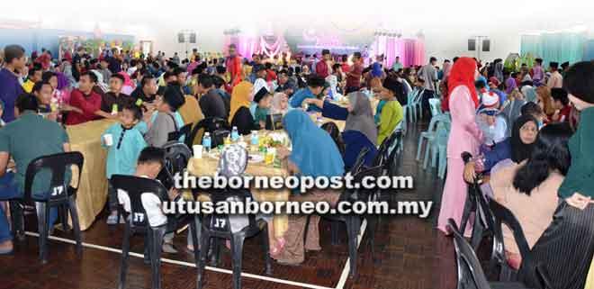 Tetamu majlis rumah terbuka Aidilfitri BPHB memenuhi Dewan Serbaguna Taman Sri Pelabuhan.