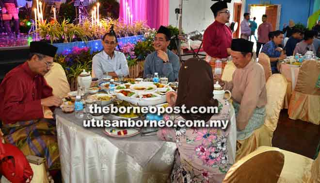Mataip (dua kiri) bersama pengurus-pengurus kanan syarikat kumpulan BPHB menikmati jamuan yang disediakan.