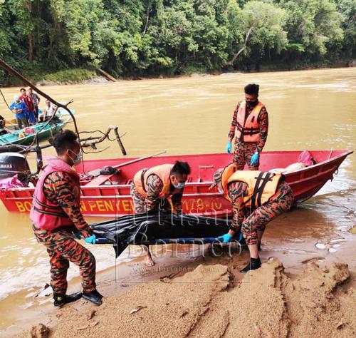 Mayat mangsa sedang dibawa keluar dari sungai sebelum diserahkan kepada polis pagi tadi.