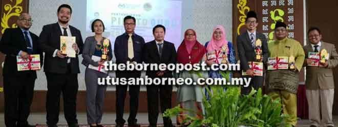Zahirul (lima kiba) begulai enggau bala pemenang Pekit Pidato Pengajar Sekula Primari enggau Sekondari Renggat Miri ba SMK Baru kemari.