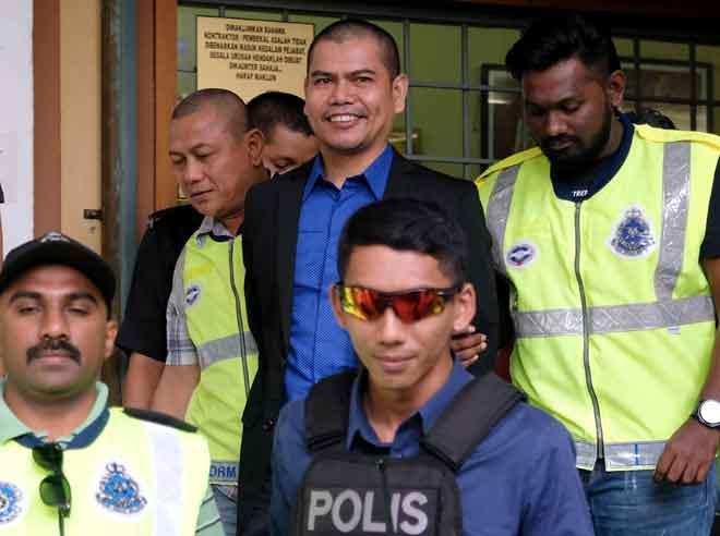 Jamal (tengah) didenda RM400 oleh Mahkamah Majistret Shah Alam semalam kerana memecahkan sejumlah botol arak menggunakan penukul besi di hadapan Bangunan Setiausaha Kerajaan Negeri Selangor (SUK) tahun lepas. — Gambar Bernama