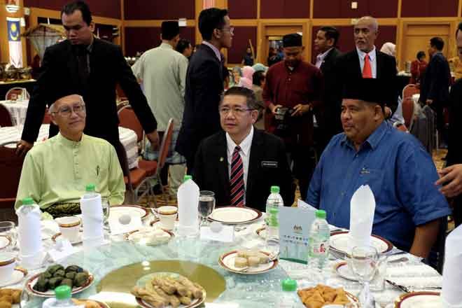 Salahuddin (tengah) hadir pada Majlis Sambutan Hari Raya Kementerian Pertanian dan Industri Asas Tani di kementeriannya di Putrajaya, semalam. — Gambar Bernama