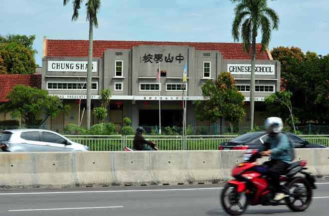 Sekolah Jenis Kebangsaan Cina (SJKC) Chung Shan dikenal pasti terdapat murid dijangkiti penyakit kaki, tangan dan mulut (HFMD) dan pihak Jabatan Kesihatan Pulau Pinang masih menjalankan pemantauan serta penelitian sebelum mengambil sebarang keputusan untuk ditutup kelas atau sekolah. — Gambar Bernama