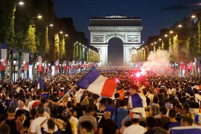 Puluhan ribu penyokong berpesta meraikan kejayaan Perancis melangkah ke pentas final selepas menewaskan Belgium di Champs-Elysees, Paris kelmarin. — Gambar Reuters
