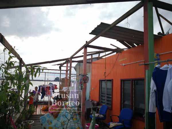 TILAM, pakaian dan barangan elektronik Sukaina sekeluarga basah kerana ditimpa air hujan.
