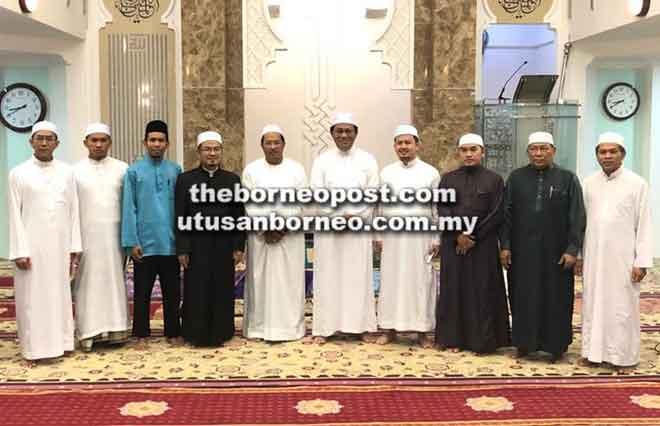 Dr Abdul Rahman bersama Misnu dan tetamu kenamaan lain pada Majlis Peringatan Haul Ke-100 Tahun SHOAW di Masjid Darul Husni Warahmah, Taman Hussein, kelmarin.