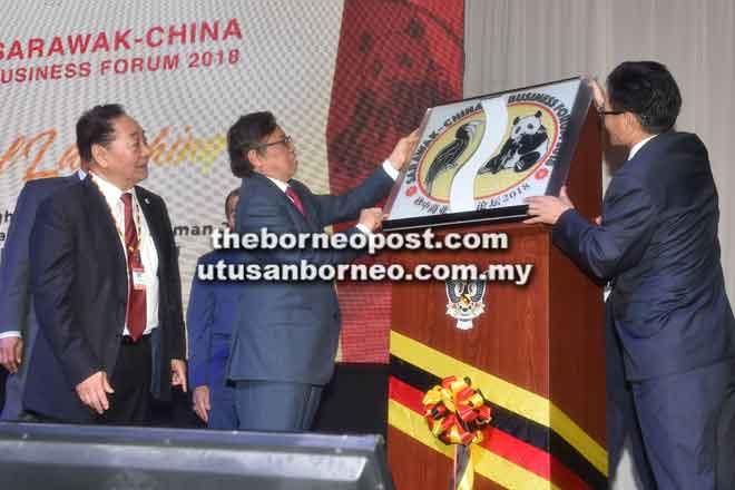Abang Johari dan Cheng mencantumkan gambar burung kenyalang dan panda pada platform khas sebagai simbolik kerjasama antara Sarawak dan China pada Majlis Perasmian Forum Perniagaan Sarawak-China 2018.
