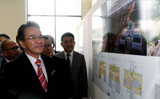 Liew bersama Ketua Hakim Negara Tan Sri Richard Malanjum tertarik melihat reka bentuk bangunan Kompleks Mahkamah Kota Kinabalu ketika melawat pameran pada Majlis Penyerahan Projek Kompleks Mahkamah Kota Kinabalu semalam. — Gambar Bernama