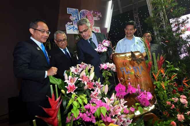Khalid (tiga kiri) melihat pelbagai spesies bunga selepas menyempurnakan majlis prapelancaran 'Floria Diraja Putrajaya 2018', semalam. — Gambar Bernama