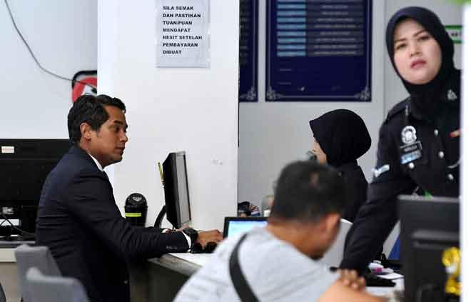 Khairy membuat laporan polis berhubung dakwaan Menteri Kewangan, Lim Guan Eng tentang 'rompakan' RM18 billion di IPD Sentul, semalam. — Gambar Bernama