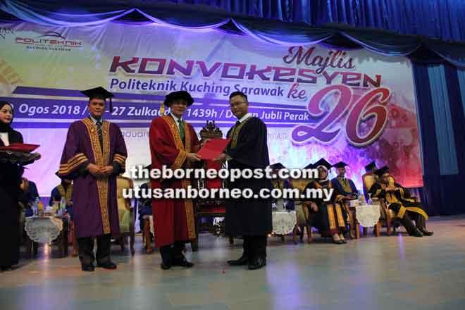 Zulkifli (tengah) menyampaikan diploma kepada Damian Andrew Cathla, graduan               Kejuruteraan Awam, Politeknik Kuching Sarawak semalam. Turut kelihatan Kamaludin (kiri).