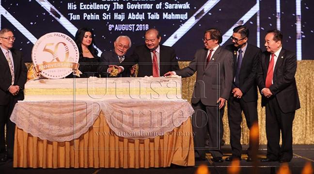 Taib bersama Pengerusi Eksekutif Kumpulan (GEC) SOP Berhad Tan Sri Datuk Ling Chiong Ho dan Abang Johari melakukan upacara memotong kek sebagai simbolik pada majlis Makan Malam Gala Ulang Tahun Ke-50 SOP Berhad.