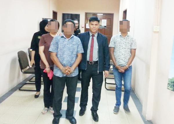KETIGA-tiga suspek dibawa keluar dari mahkamah selepas perintah reman dikeluarkan.