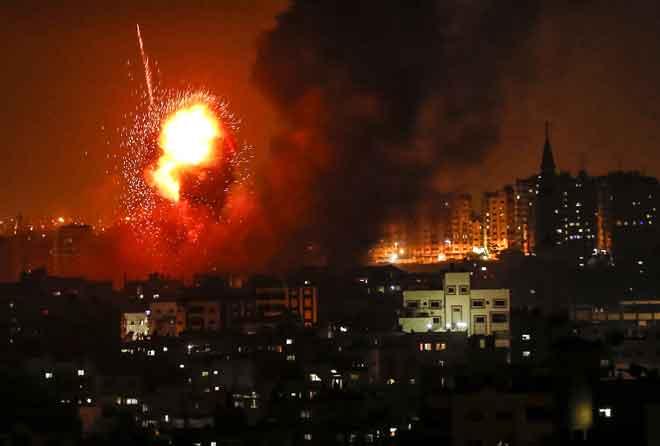 Gambar dirakam kelmarin menunjukkan letupan bebola api semasa tentera Israel melancarkan siri serangan                            besar-besaran di Semenanjung Gaza. — Gambar Mahmud Hams/AFP