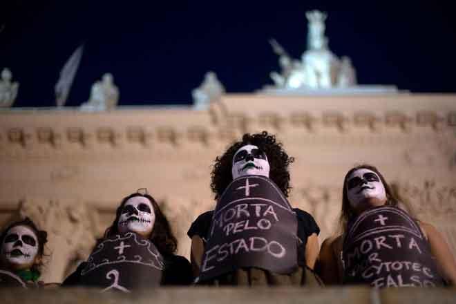 Aktivis menyokong undang-undang membenarkan pengguguran menunjuk perasaan            di luar dewan perundangan negeri Rio de Janeiro, Brazil kelmarin. — Gambar Mauro Pimentel/AFP
