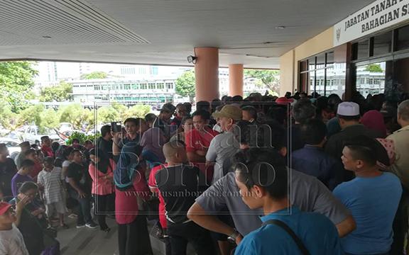 Orang ramai memenuhi pintu utama Pejabat Tanah dan Survei Sibu untuk mendapatkan borang permohonan Skim Pembesaran Kampung Bukit Lima Fasa I.