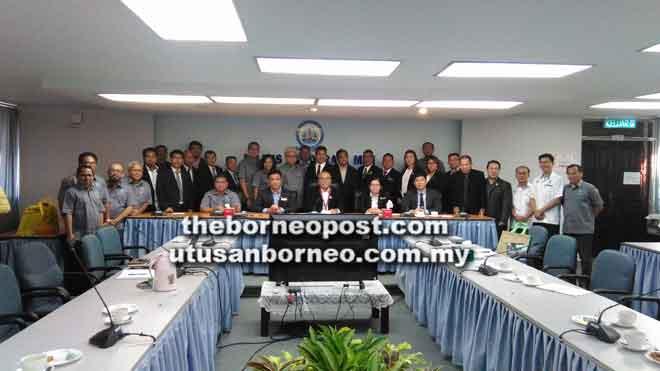 (Duduk, dari kiri) Kaunselor Ernest Goh, Setiausaha MBM Morshidi Frederick, Adam Yii, Anielia dan Setiausaha MDB Simon Wong bersama rombongan dan kaunselor MBM.