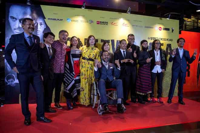 Barisan para pelakon filem 'One Two Jaga' antaranya Nam Ron (kiri) dan Bront Palarae (hadapan, tengah) pada Malam Gala Premier Tayangan Filem tersebut di TGV Cinema One Utama baru-baru ini. — Gambar Bernama