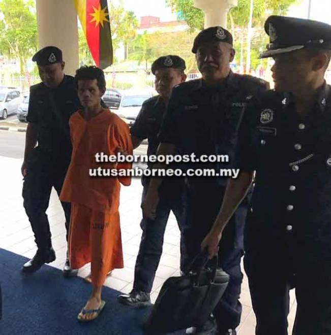 Tertuduh memakai baju lokap dikawal ketat semasa dibawa ke Kompleks Mahkamah Miri semalam.