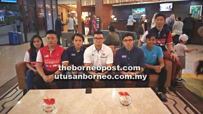 Haziq (empat kiri) bersama ketua-ketua AMK di Sarawak menyatakan sokongan padu kepada Najwan sebagai ketua baharu mereka.