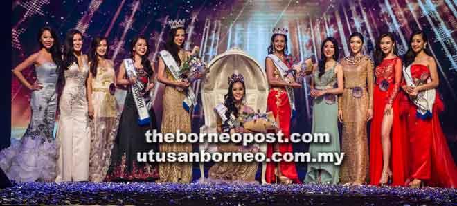 Larissa diapit para pemenang dan peserta akhir Miss World Malaysia 2018.