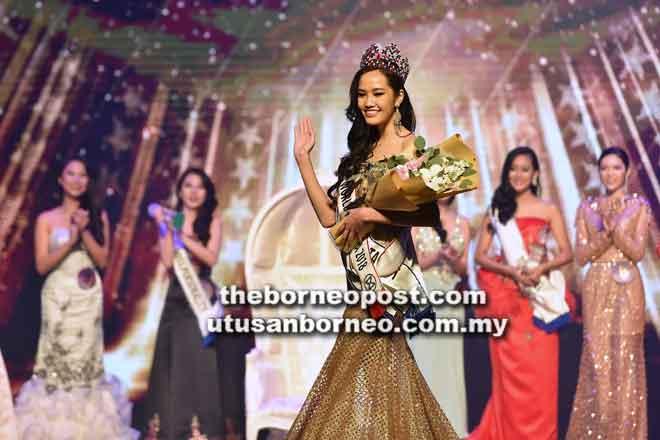 Larissa melambai tangan selepas dipakaikan mahkota Miss Word Malaysia 2018 di Kuching malam kelmarin.